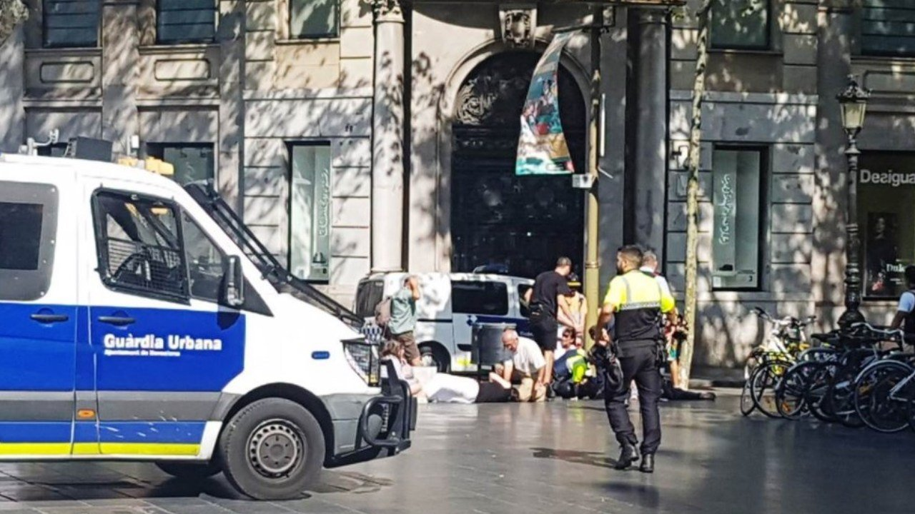 Police and bystanders help injured tourists hit by a van in Barcelona, Spain. (Twitter)