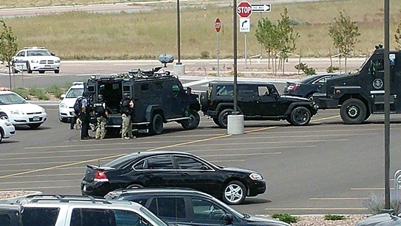 Officers surround a Jeep during a standoff in the King Soopers parking lot. (Contributed)