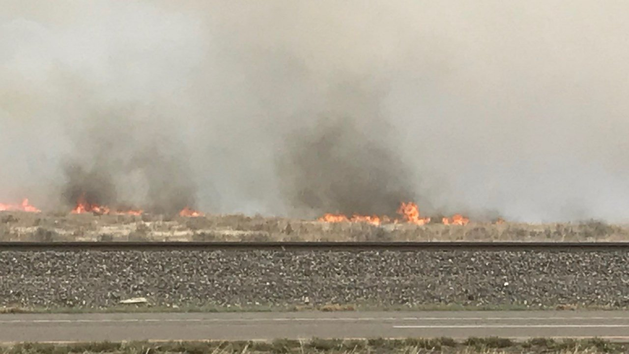 © A grass fire is burning to the east of I-25 near Hanover Road. (Twitter: Lena Howland)