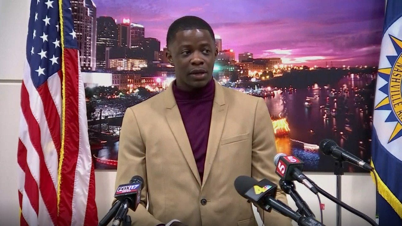 James Shaw Jr talks to the media on 4/22, Shaw charged a man armed with an AR-15 during a shooting inside a Waffle House in Tennessee. (NBC)