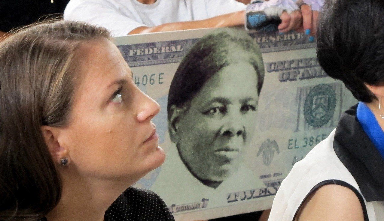 A woman holds a sign supporting Harriet Tubman for the $20 bill Monday, Aug. 31, 2015, during a town hall meeting at the Women's Rights National Historical Park in Seneca Falls, N.Y.