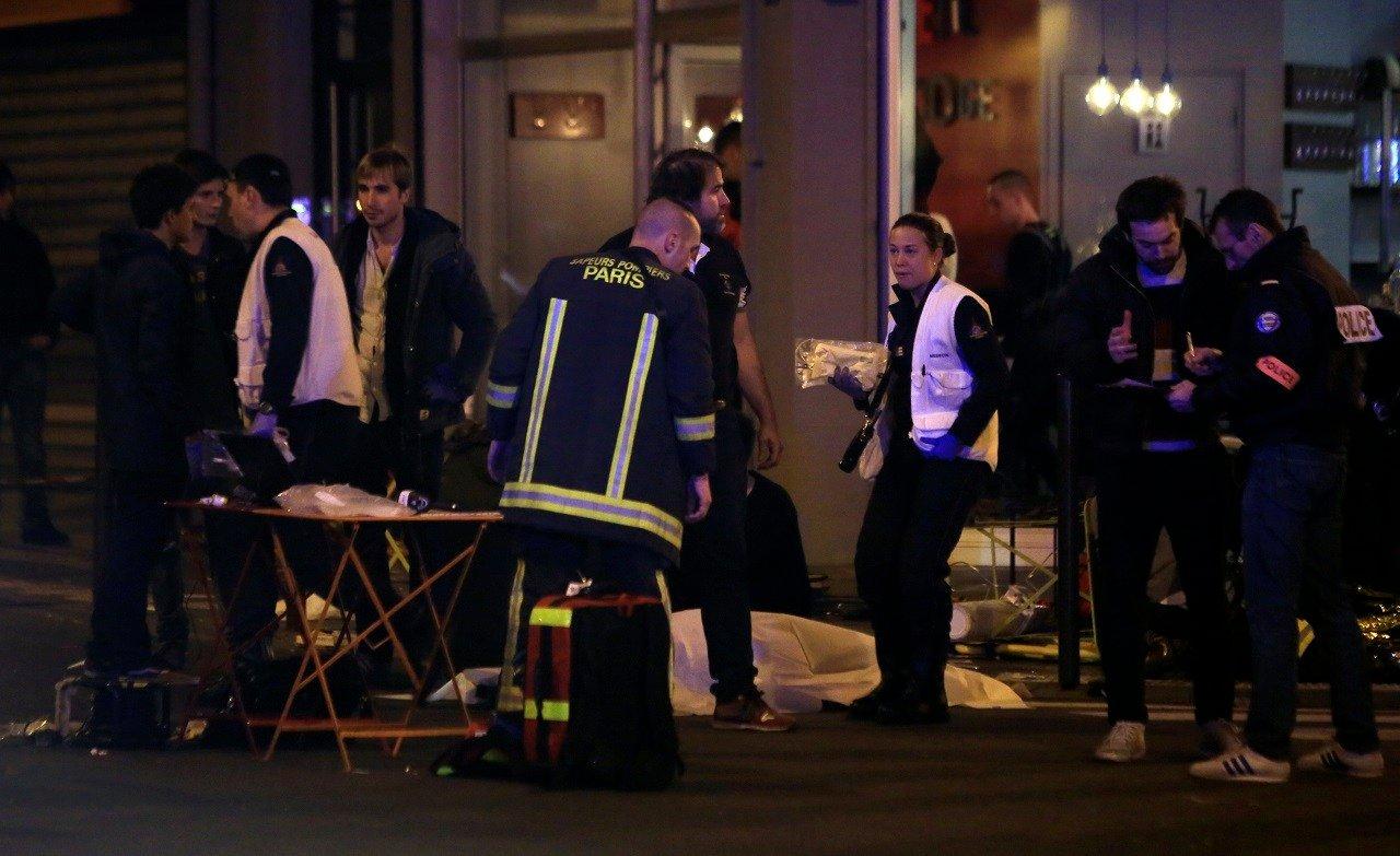 Equipes de resgate e médicos trabalham por vítimas em um restaurante Paris, sexta - feira, 13 de novembro, 2015.